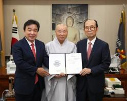 홍윤식 명예교수, 불교학 발전 위해 '불자대상 상금' 1천만원 기부